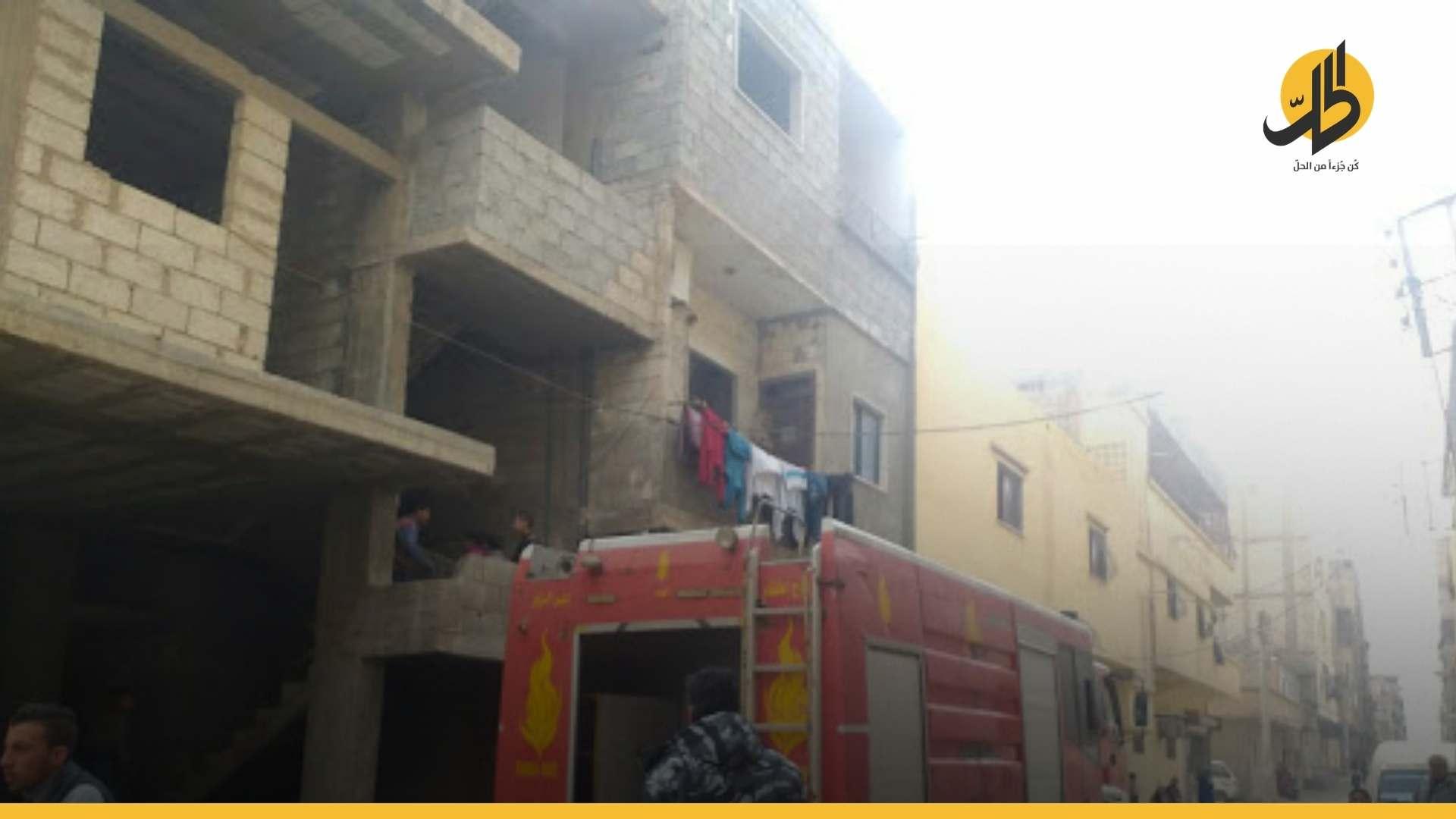 مدنيون في دير الزور يهاجمون مقراً لفصيلٍ مسلح موالي للجيش السوري.. فما السبب؟