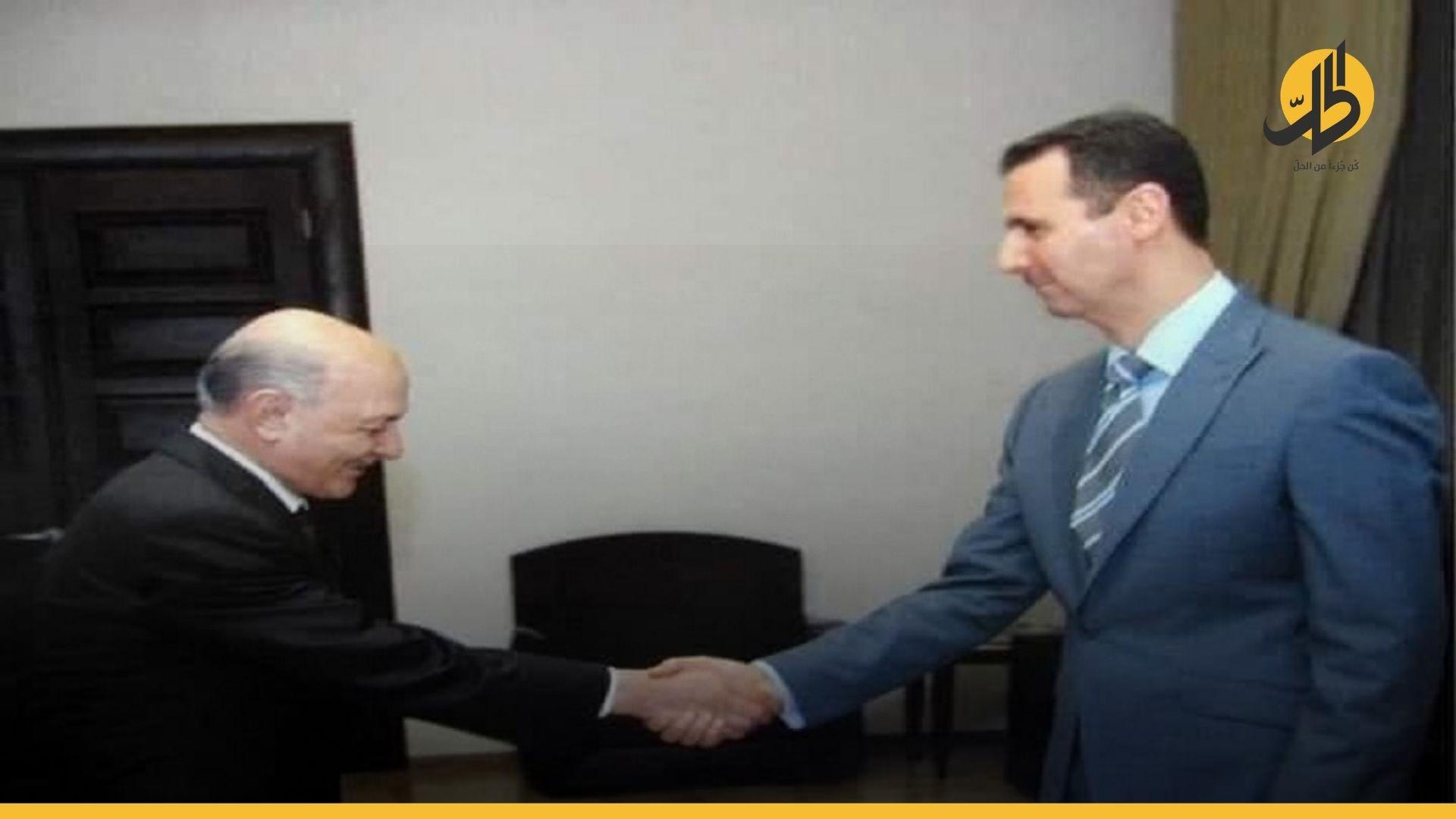 """في إشارة لنهاية خدمته.. """"الأسد"""" يمنح """"دعبول"""" أرفع وسام في سوريا"""