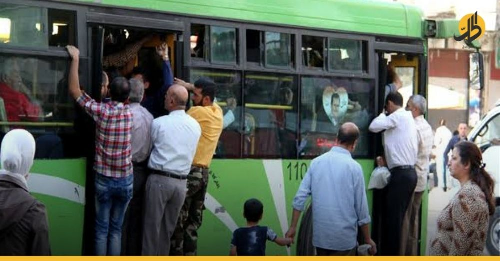 (فيديو)- معاون سائق حافلة بريف حماه يطلق الرَّصاص على الركاب لتفريقهم أثناء الصعود
