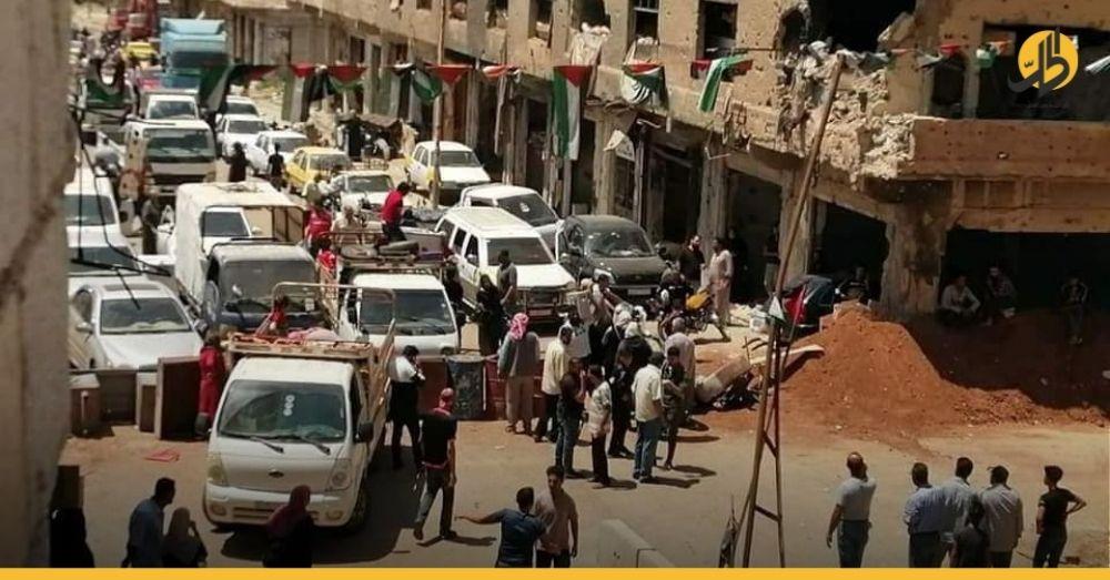 (فيديو) – بالمئات.. أهالي درعا البلد يخرجون منها بعد أنباء عن تعثر المفاوضات