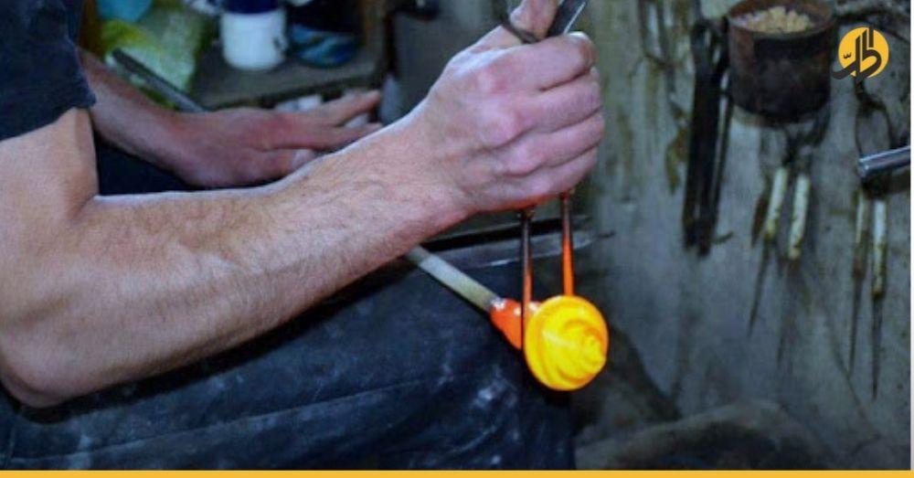 آخر ورشة لنفخ الزجاج السوري يدوياً بطريق الإغلاق لنقص المازوت!