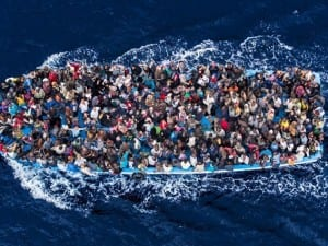 مهاجرون سوريون أنقذتهم تركيا يتهمون اليونان بإفراغ قاربهم من الوقود