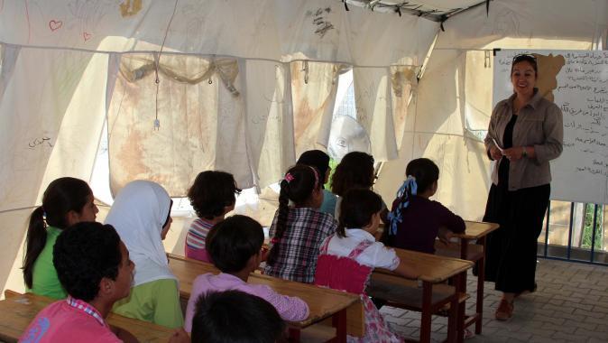 مئات الأطفال السوريين بلا تعليم.. التسرب من المدارس والعمالة والتحرش عنوان طفولة المخيمات