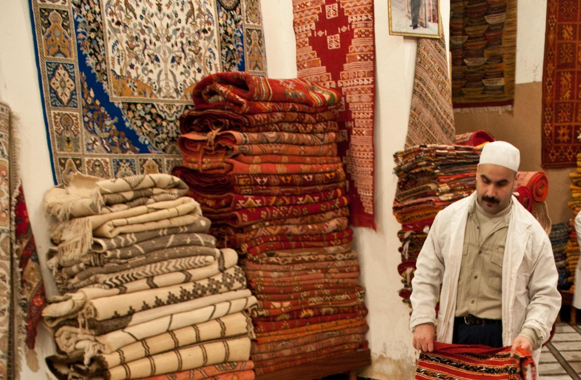 هجرة الحرفيين تهدّد صناعة السجاد اليدوي بالاندثار