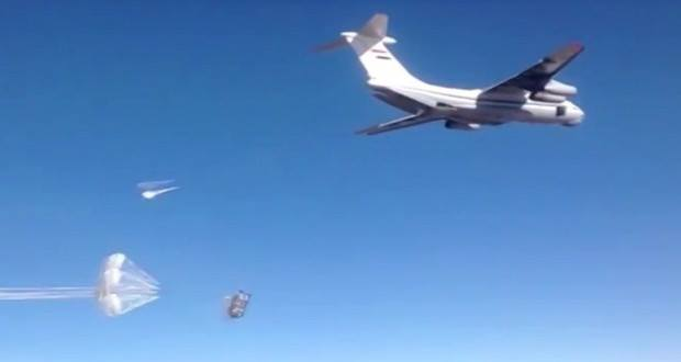 الطيران الروسي يلقي مساعدات على أحياء في ديرالزور.. وداعش يستهدفها