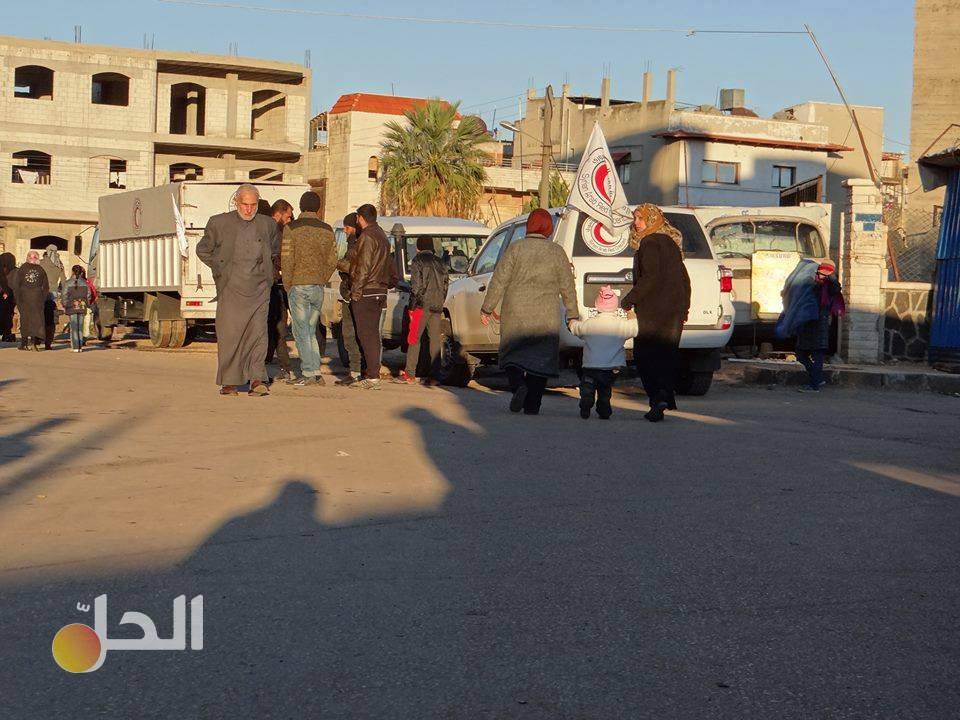 رغيف خبز واحد لكل شخص..مساعدات الهلال الأحمر لحي الوعر المحاصر