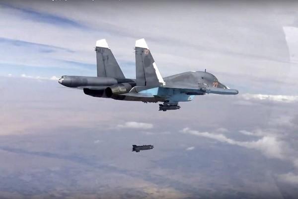 الطيران الروسي يقصف مخيماً للنازحين في دير الزور.. وسقوط قتلى وجرحى