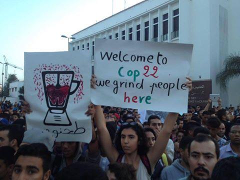 """مظاهرات غاضبة في المغرب بعد """"سحق"""" بائع أسماك داخل شاحنة نفايات"""