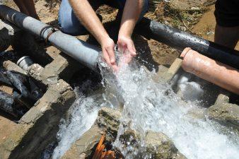 """أسعار الخزانات و""""البيدونات"""" الفارغة ترتفع مع تفاقم أزمة المياه"""