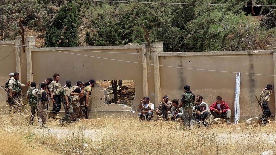 """حماة: النظام يسيطر على أرزة.. وعناصر المعارضة يتحصنون بالحفر تجنباً لـ """"الغاز السام"""""""
