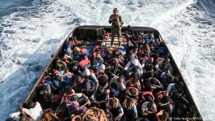 إيطاليا تقرر تخصيص سفن لاعتراض قوارب اللاجئين القادمين بطريقة غير شرعية
