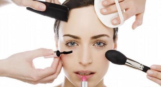 أضرار مستحضرات التجميل الطبيعية والمصنعة وأثرها على الجلد