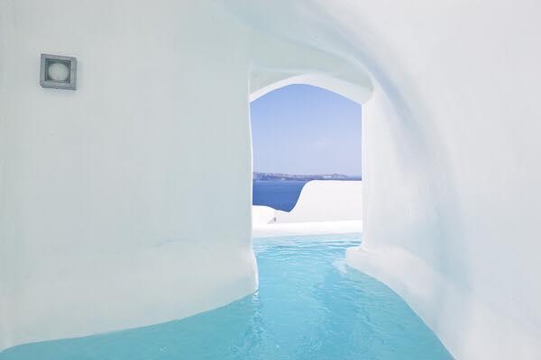 فندق خيالي في جزيرة سانتوريني اليوناينة يحتوي على أنفاق غريبة