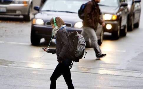 غرامة مالية على من يعبر الشارع وهو ينظر إلى هاتفه