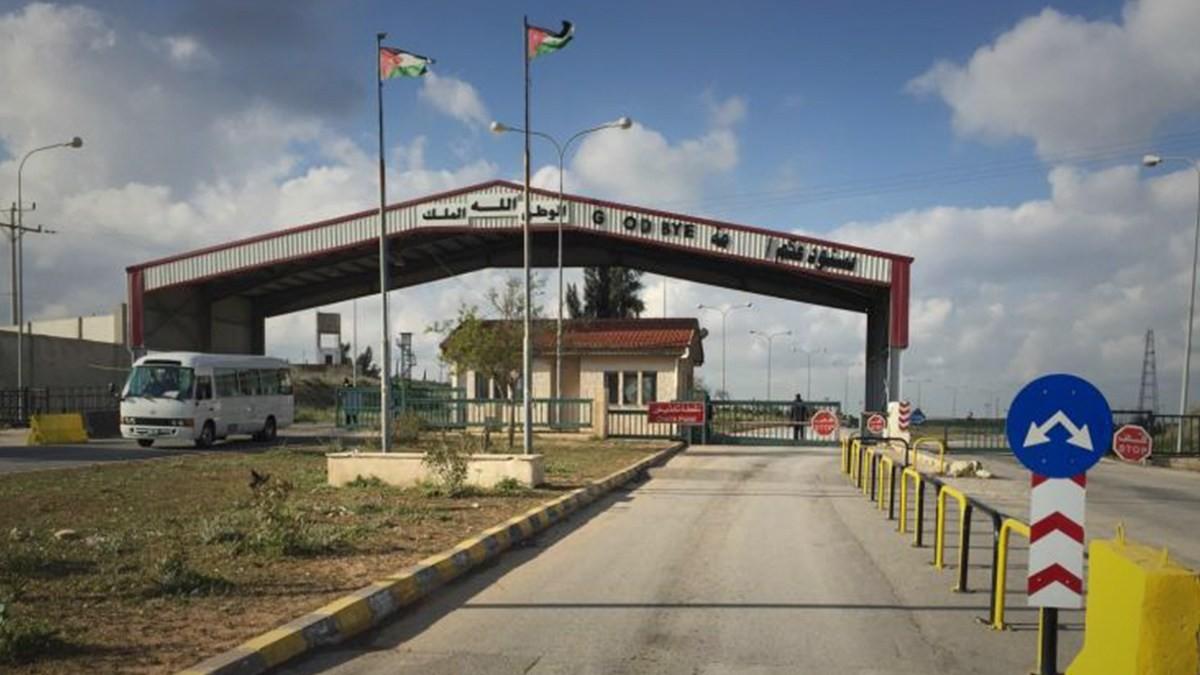 مصادر تنفي دخول شاحنة محملة بالبضائع من معبر نصيب الحدودي