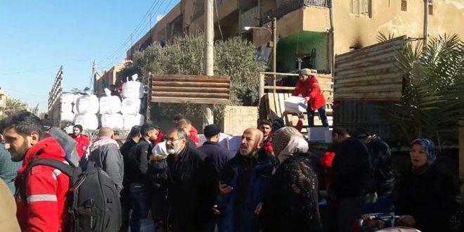 دير الزور: الهلال الأحمر يوزع حقائب شتوية على النازحين داخل أحياء الجورة والقصور