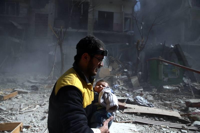 """عشرات الضحايا بقصف النظام على الغوطة.. وفرق الدفاع المدني """"أُنهكت"""" لعملها 3 أيام دون توقف"""