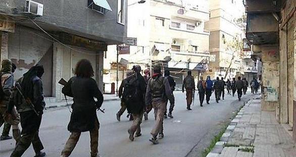 """معارك مستمر بين داعش والنظام جنوب دمشق.. والتنظيم يعدم عنصراً للنظام بطريقة فظيعة بهدف """"الترهيب"""""""