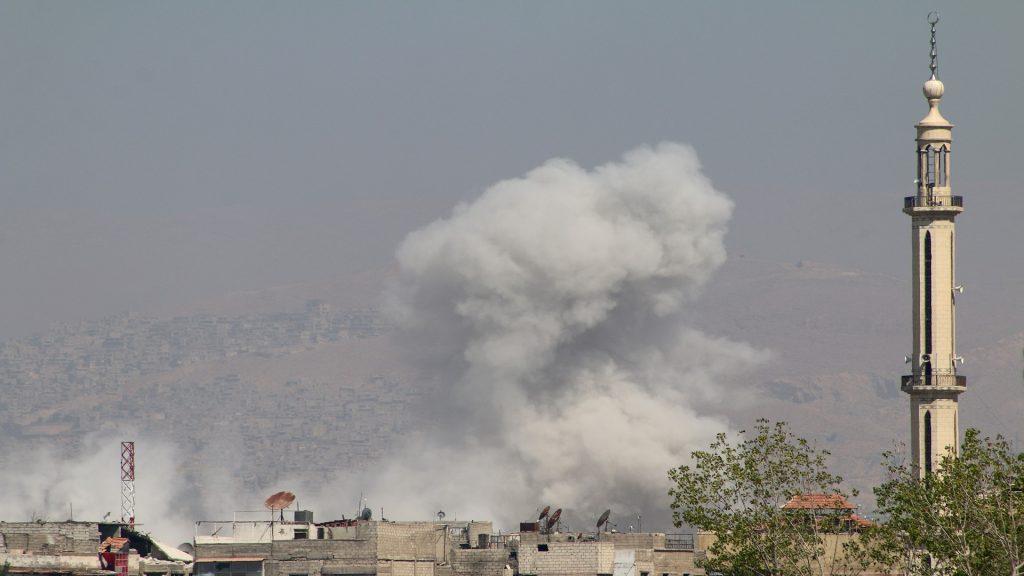 مقتل عائلة كاملة بالبراميل: ضحايا جدد بقصف النظام على الغوطة.. وقواته تتقدم