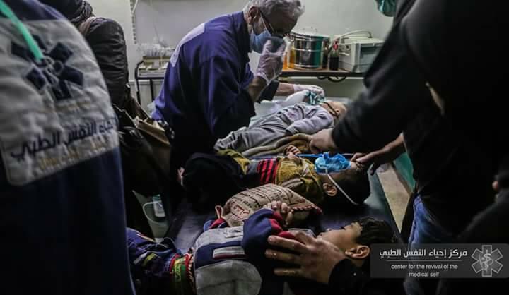 """النظام يستهدف الغوطة ببراميل """"تحتوي غاز الكلور"""".. و30 حالة اختناق نصفها من الأطفال"""