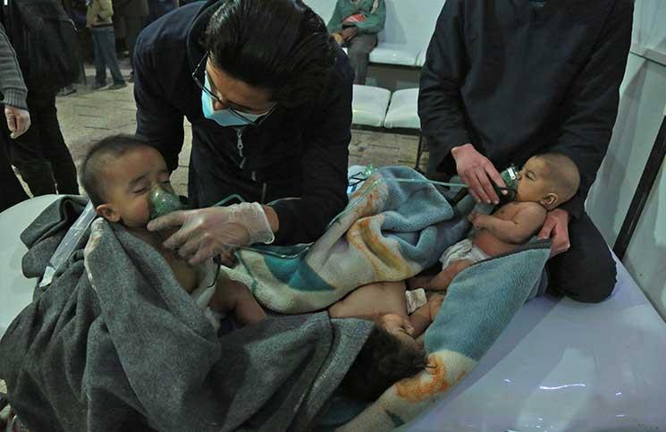 """124 حالة اختناق بالغوطة بعد أن استهدفها النظام بـ""""الغازات السامة"""".. والصليب الأحمر يؤجل دخول قافلة المساعدات"""