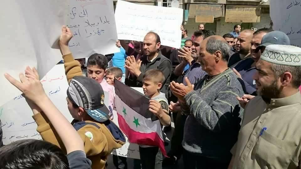 خرجتا من مسجد واحد: مظاهرة معارضة وأخرى مؤيدة للنظام جنوبي دمشق