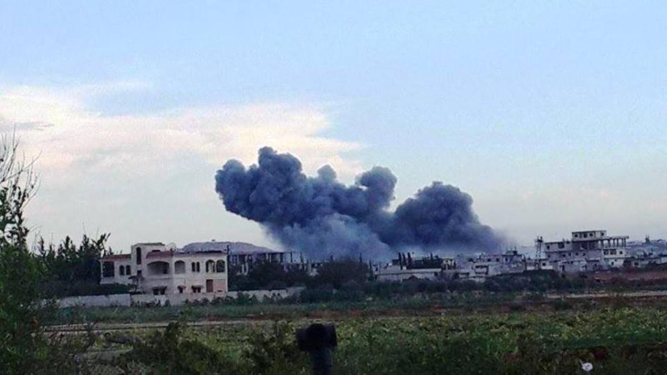 الطيران الروسي يقصف ريف حماة… وسقوط ضحايا مدنيين.. ونزوح للأراضي الزراعية