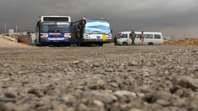 دخول الحافلات لتهجير أهالي جنوبي دمشق.. والنظام يفتح محاور جديدة بالهجوم على داعش