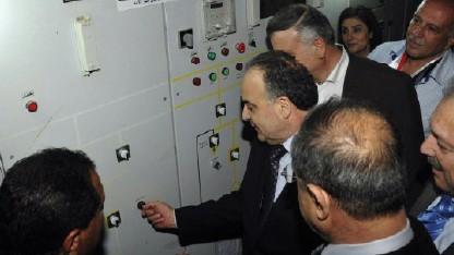 بدء وصول الكهرباء إلى دير الزور بالتزامن مع زيارة رئيس حكومة النظام إلى المدينة