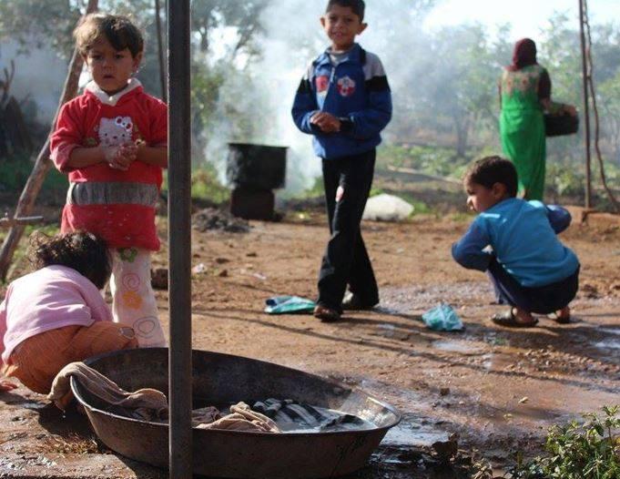 حمص: قوات النظام تنذر مئة عائلة نازحة للخروج من معمل الإسمنت قرب الرستن
