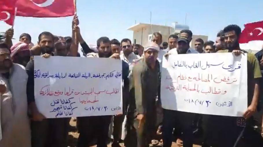 مطالبين بتأمين عودتهم إلى قراهم.. أهالي من سهل الغاب يتظاهرون أمام نقطة مراقبة تركية