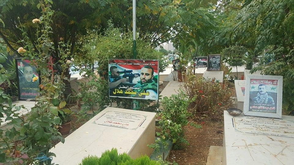 حادثة غريبة في طرطوس.. مجهولون يحطمون شاهدة قبر مقاتل