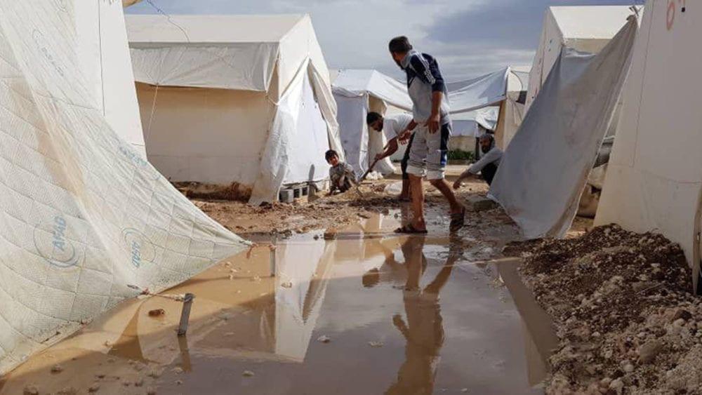 بعد غرق مخيماتهم: مهجرو الغوطة يطالبون بمنازل تؤويهم بدلاً من الخيام