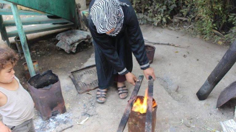 الغوطة الشرقية.. الطبخ يعود مجدداً على الحطب بعد ارتفاع سعر الغاز