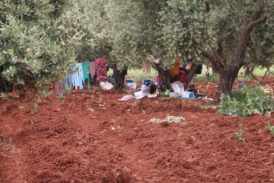 إدلب… تفاقم معاناة عشرات آلاف الأسر النازحة وسط عجز المنظمات الإنسانية