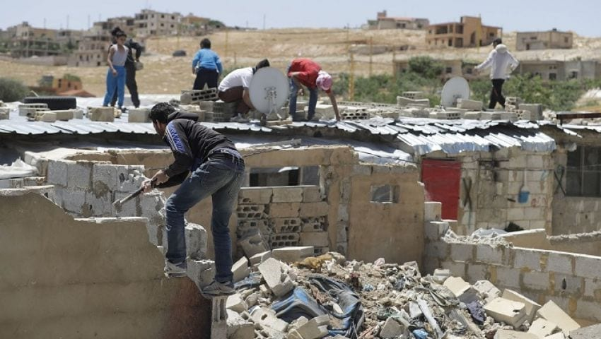 الغارديان: تشريد آلاف السوريين بعد هدم منازلهم في عرسال اللبنانية