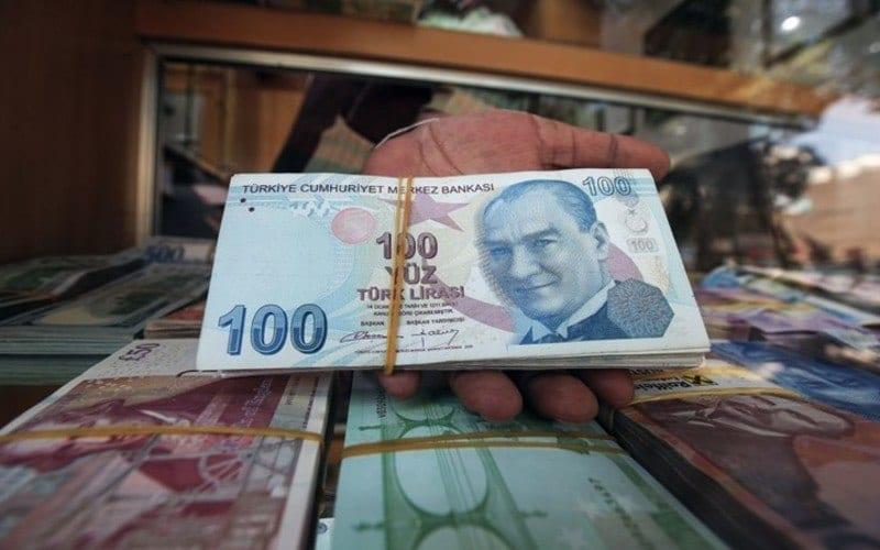التضخم يلاحق الليرة التركية والحكومة ترفع الرسوم الضريبية