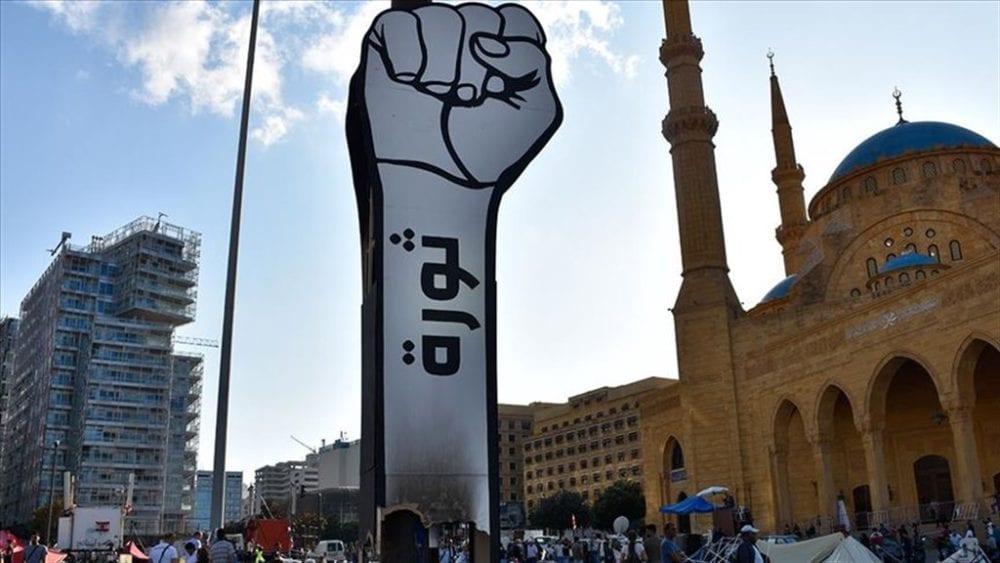 رفع مجسّم «قبضة الثورة» في وسط لبنان بعد ساعات من حرقه