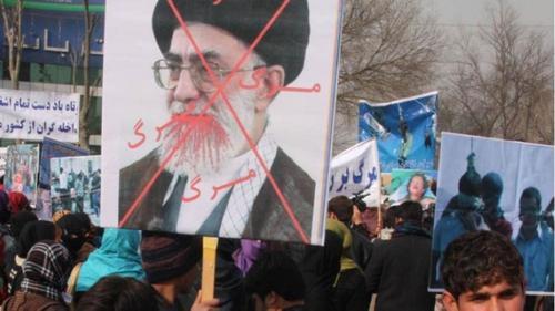 المتظاهرون الإيرانيون يدعون علي خامنئي إلى التنحي… قاتل وحكمه باطل