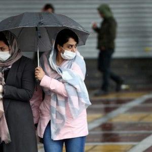 إيرانيتان تضعان كمامات واقية خلال تجولهما في طهران خشيةً من كورونا - العربية نت