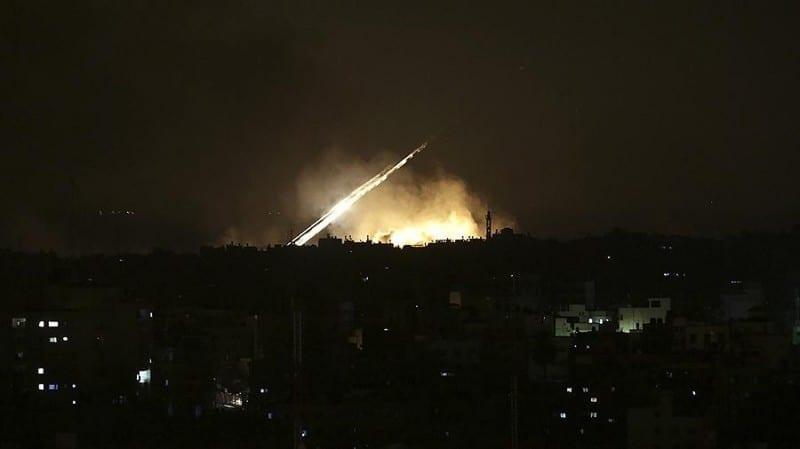 الطيران الإسرائيلي يستهدف مطارين في حمص ومراكز عسكرية بريف القنيطرة