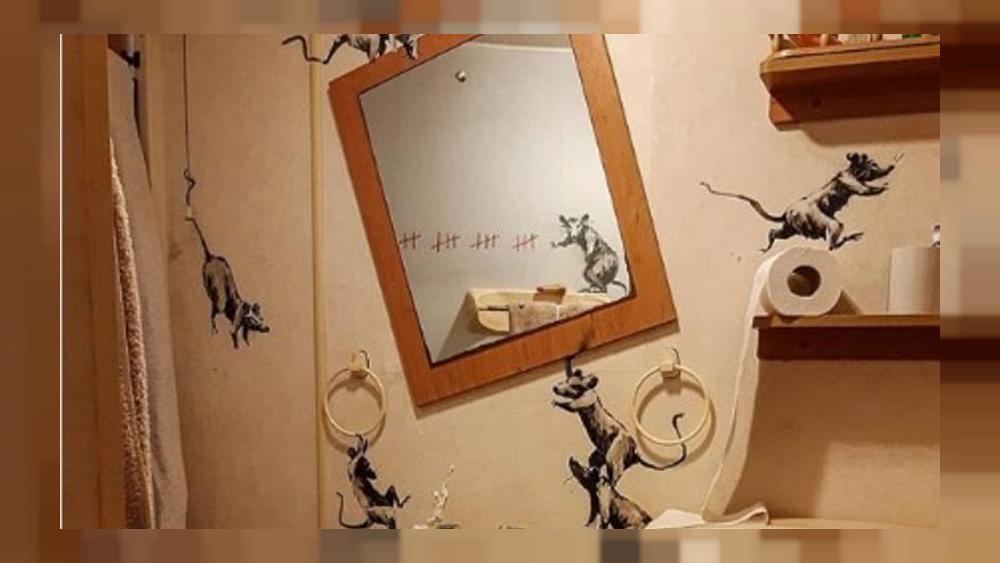 """تماشياً مع الحظر: الفنان مجهول الهوية """"بانكسي"""" يرسم على جدران حمام منزله"""