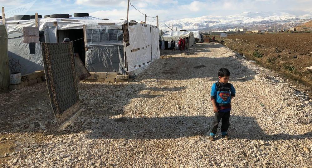 بعد الاعتداء على سكانه… بلديّة لبنانيّة تزيل مخيماً للاجئين السوريين