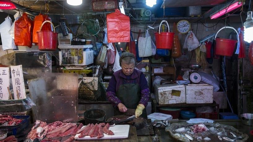 بائع سمك في أحد أسواق هونغ كونغ الصينية بتاريخ 5 كانون الثاني 2019 - أ ف ب