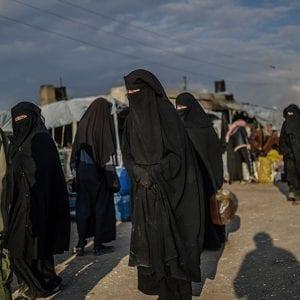 نساء من عوائل داعش في مخيم الهول بمحافظة الحسكة - رووادو