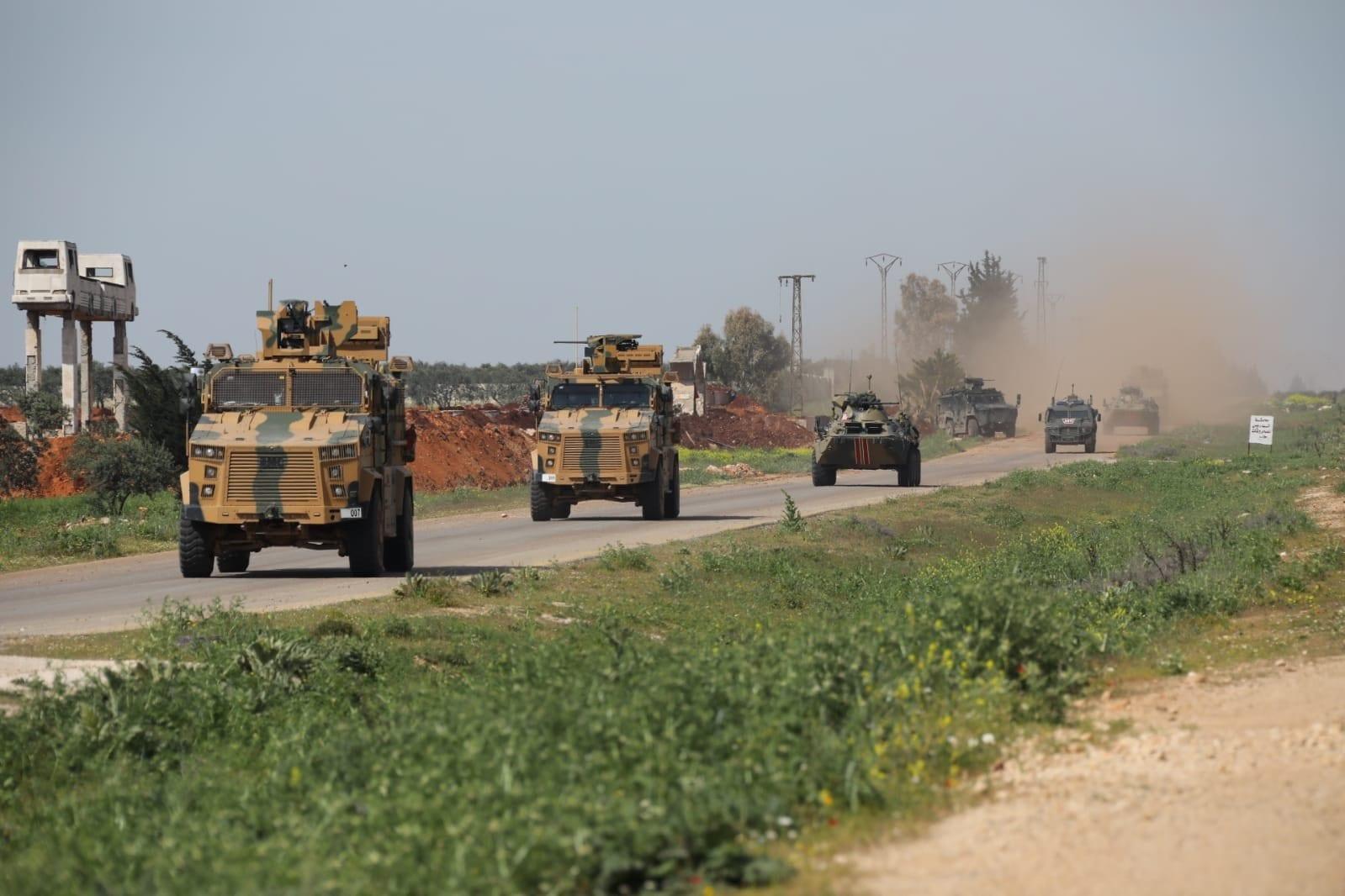 (صور) الدوريّة المشتركة الرابعة لروسيا وتركيا على طريق حلب – اللاذقيّة