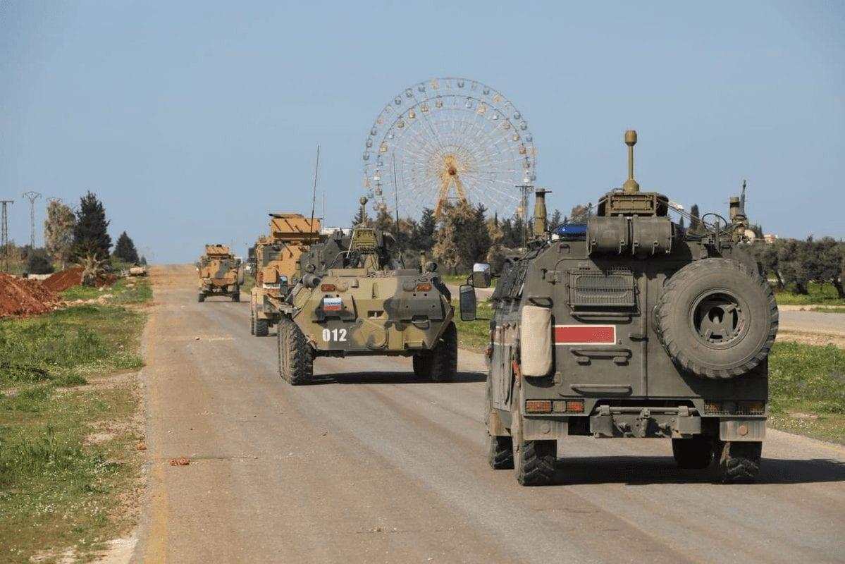 دورية روسية تركية قرب سراقب - المصدر: وسائل التواصل الاجتماعي