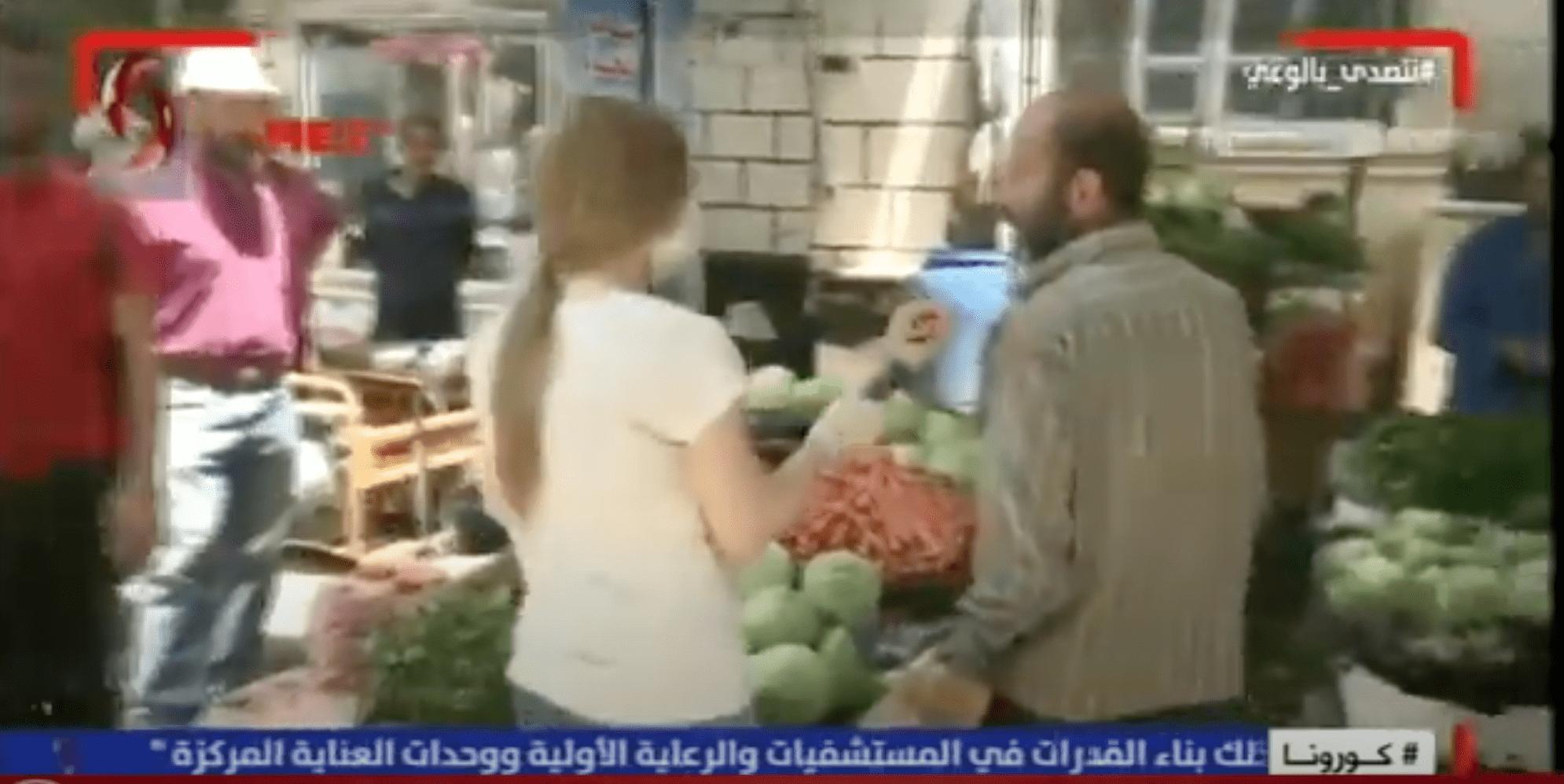 (فيديو) مراسلة أم «موظفة تموين»؟… مطاردة بين صحفيّة سوريّة وبائع خضار في دمشق