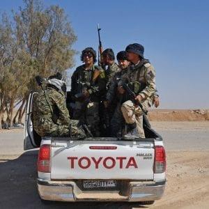 عناصر من لواء فاطميون التابع لإيران، قرب تدمر في سوريا - سبوتنيك