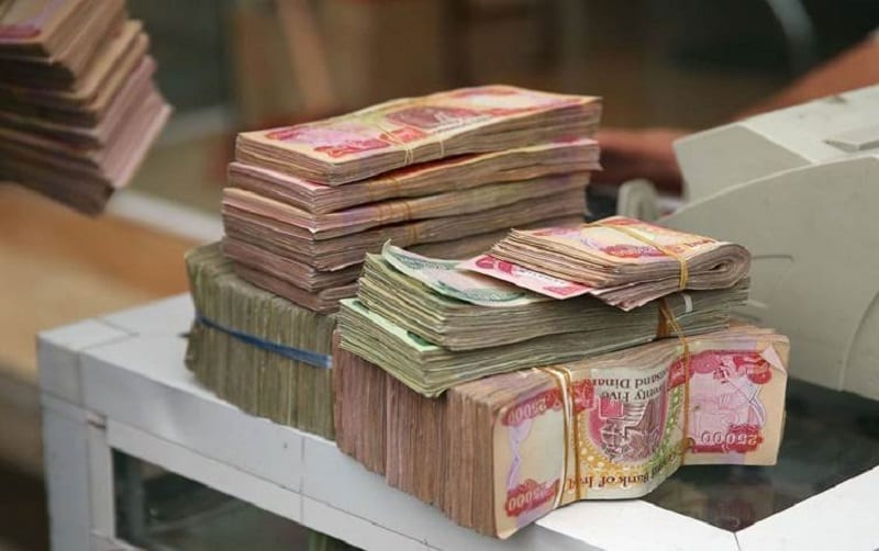 مستشار بالحكومة العراقية: لدينا مشكلة في تأمين رواتب الشهر المقبل